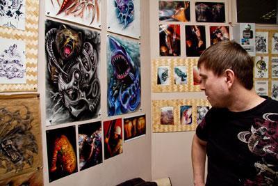 Дракон-защитник на плече / По наблюдениям благовещенского татуировщика с 14-летним стажем Дениса Плотникова, каждый десятый человек, переступивший порог тату-салона, желает, чтобы его тело украшала татуировка дракона. Что обозначает рисунок этого мифического существа, а также какие сюрпризы подобное украшение может преподнести своему хозяину, узнавали корреспонденты «Амурской правды».