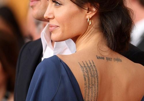 тату надпись Анджелины Джоли