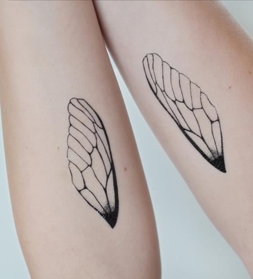 Маленькие татуировки на руке девушки