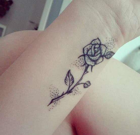Элегантная роза на запястье