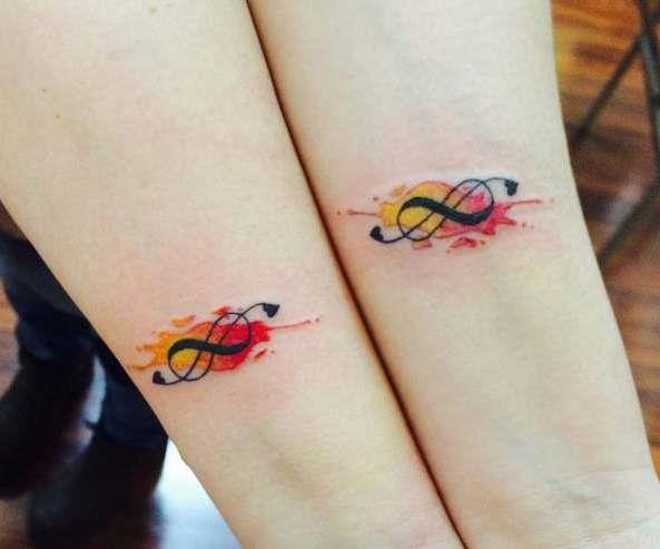 Парная татуировка бесконечность на запястье в красках