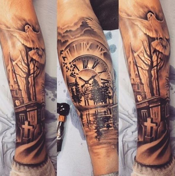 Голубь с часами на руке в виде татуировки