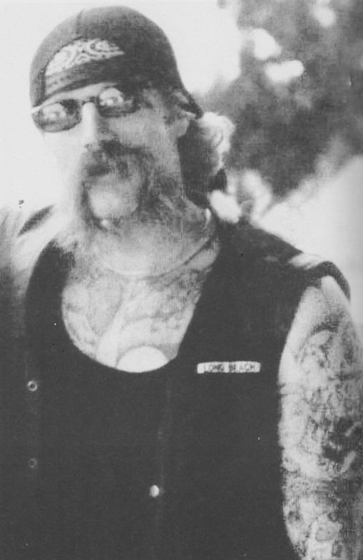 Байкер с татуировкой свастики