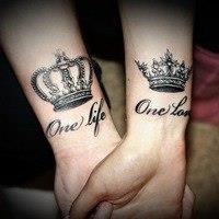 тату корона на руке для девушек фото с буквой
