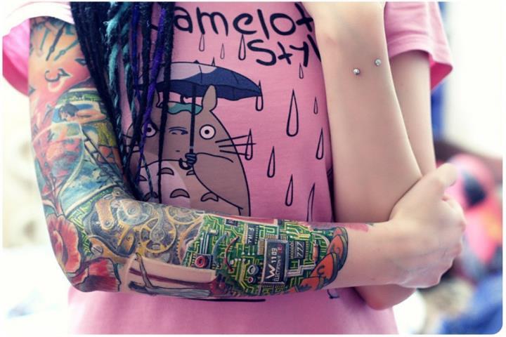 Женская татуировка в кибер стиле на руке