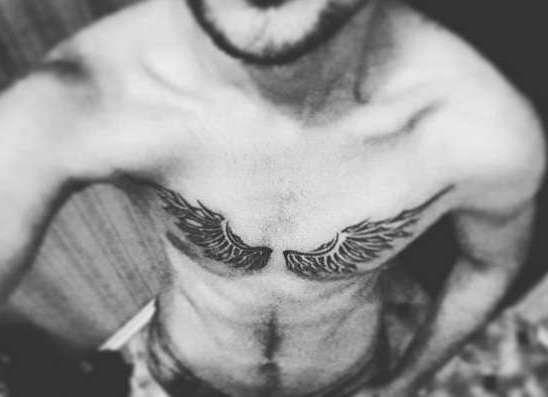 Крылья на груди у парня