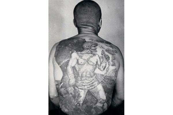 Спина в блатных татуировках у зэка