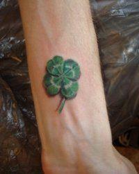Эскиз татуировки на удачу Клевер на запястье для мужчины