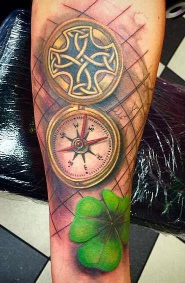 Карманные часы в сочетании с листом клевера