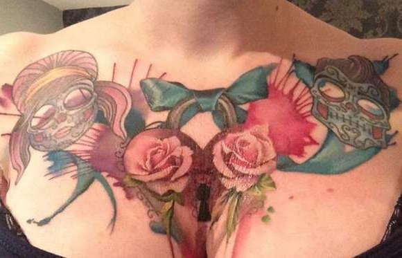 Татуировка на груди розы и бантик